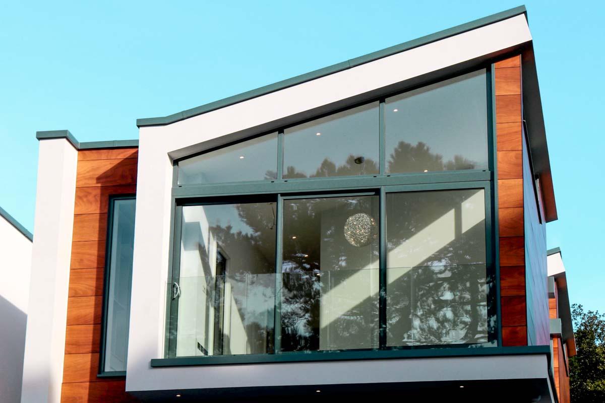 husfasad med aluminiumfönster