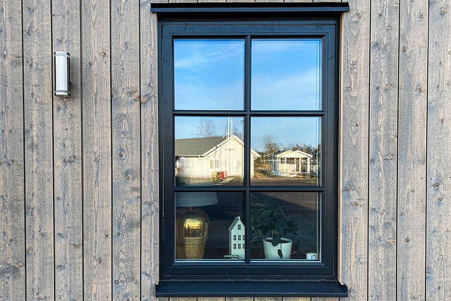 bild av en fasad med ett träfönster