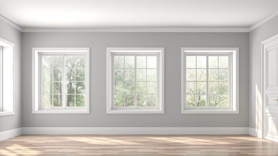 vardagsrum med tre stora fönster