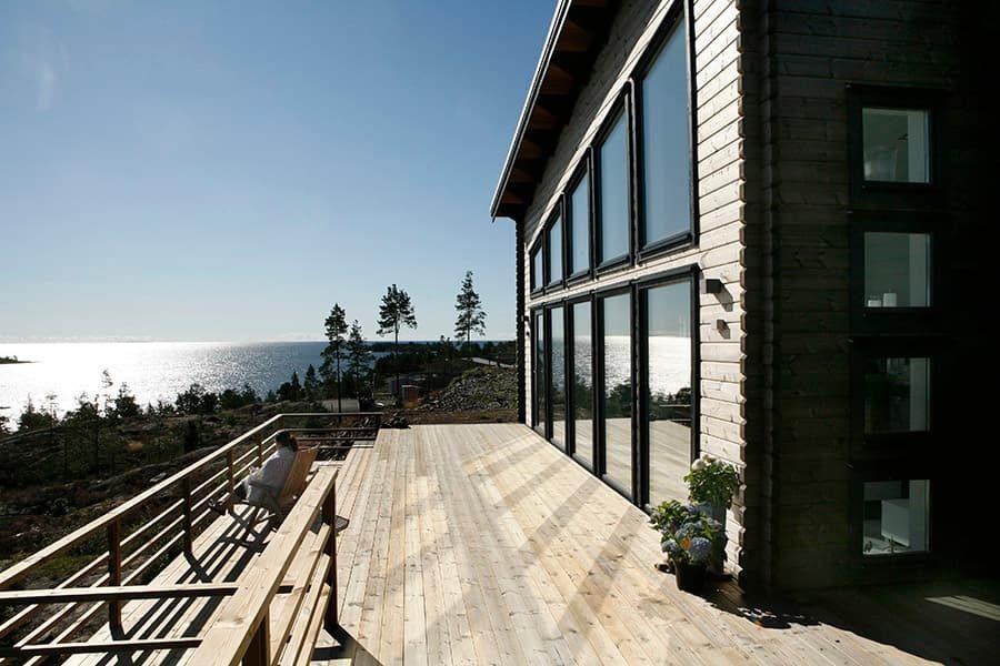 fasad med aluminumfönster